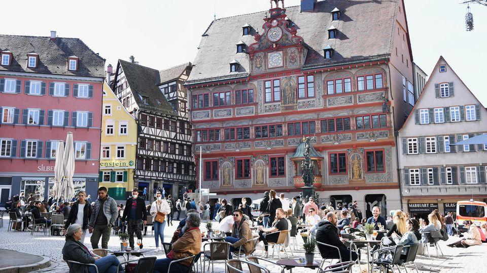 Ein Bild wie aus Vor-Pandemie-Zeiten: Der mit Cafébesuchern gefüllte Marktplatz von Tübingen