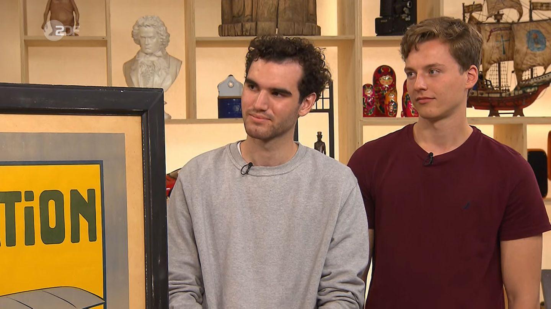Jonas Nagel und Calvin Mang stehen im Bares für Rares Studio in Pulheim