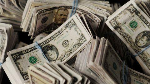 Dollarscheine im Wert von fast 36.000 Euro hat eine Mitarbeiterin einer Hilfsorganisation in einer Spende entdeckt