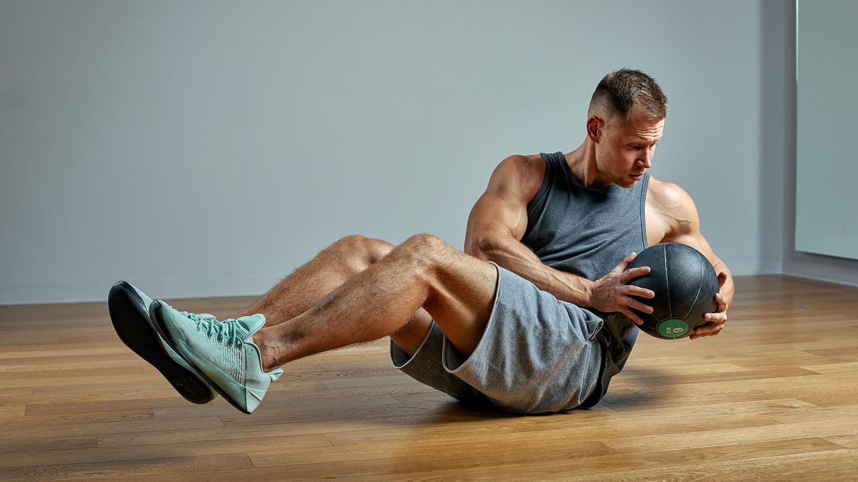 Russian Twists  Russian Twists stärken vor allem die seitlichen Bauchmuskeln, als Nebeneffekt werden auch die Schultern, der Rücken und die Unterbauchmuskeln trainiert. Leicht zurückgebeugt auf der Matte Platz nehmen, die Füße angewinkelt vom Boden abheben. Aus dieser Position nun den Oberkörper abwechselnd nach links und rechts drehen, wobei die Beine angehoben bleiben sollten. Fortgeschrittene können ein Gewicht einbinden, das sie mit den Händen umklammern und bei der Rotation mitführen.
