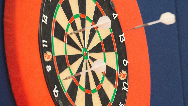 Dart Training: Zwei Dartpfeile stecken in einem Board