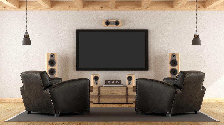 Lautsprecher für Fernseher: Lautsprecher aus Holz umringen den TV.