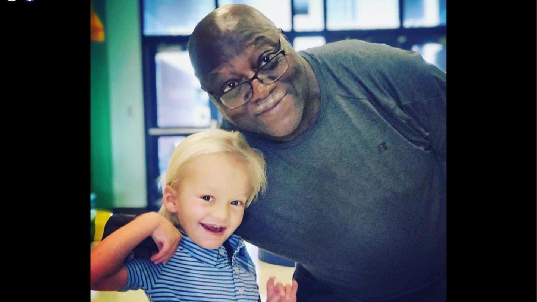 Der kleine Amos und sein Freund, der Schulhausmeister Mr. Brown