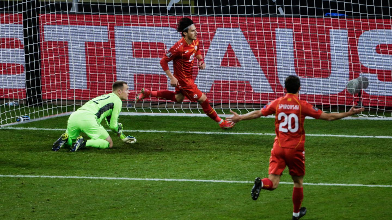 Nordmazedoniens Spieler freuen sich über den Siegtreffer beim 2:1 Erfolg.