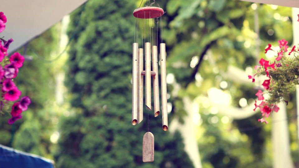 Klangspiele aus Metall erzeugen helle Töne, die an Glocken erinnern.