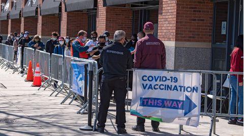 Menschen stehen an der Massenimpfstelle Coronavirus (COVID-19) im Baseballstadion Citi Field an
