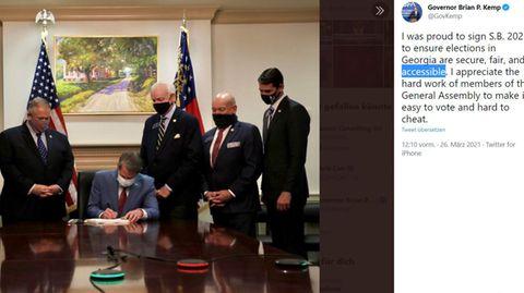 Georgias Gouverneur Brian Kemp unterzeichnet neues Wahlgesetz unter Plantagen-Gemälde