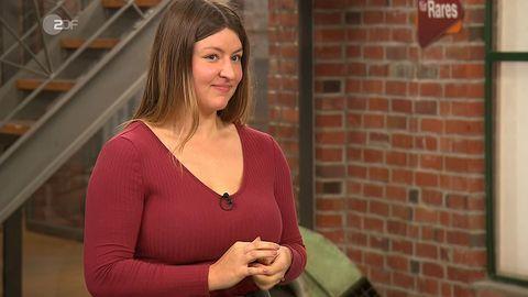 Leonie Ley steht im Händlerraum von Bares für Rares in Pulheim