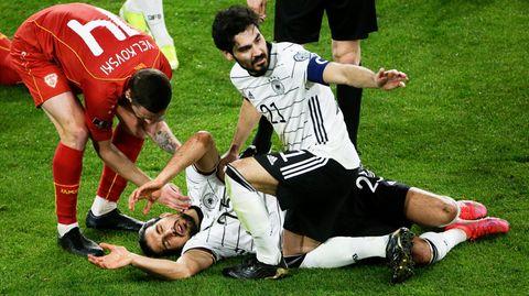 Gegen den vermeintlichen Fußballzwerg Nordmazedonien folgt der nächste Knock out. Ilkay Gündogan und Emre Can können die 1:2-Niederlage in der WM-Qualifikation in Duisburg nicht verhindern, nachdem es zuvor gegen Island und Rumänien zwei Siege gab. Wieder ein fahriger, blutleerer Auftritt, wieder die selben Fehler. Die Aussichten auf die Europameisterschaft in drei Monaten sind düster.