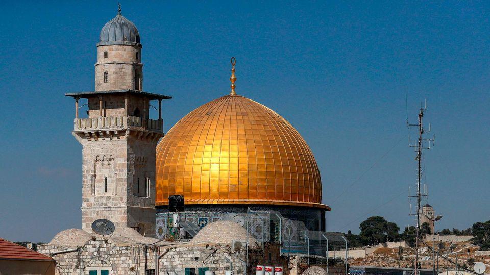 Die goldene Kuppel des Felsendoms in Jerusalem glänzt in der Sonne vor einem wolkenlosen Himmel