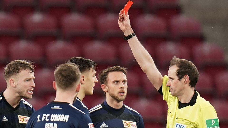 Weil er es kann: Schiedsrichter Sascha Stegemann (r.) zeigt Nico Schlotterbeck von 1. FC Union Berlin die rote Karte