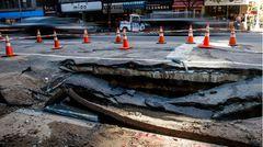In New York sind Teile der Amsterdam Avenue abgesackt. Weil der Verkehr in der Stadt so enorm ist, werden solche Schäden oft nur notdürftig repariert. Was sich nach ein paar Jahren rächt.
