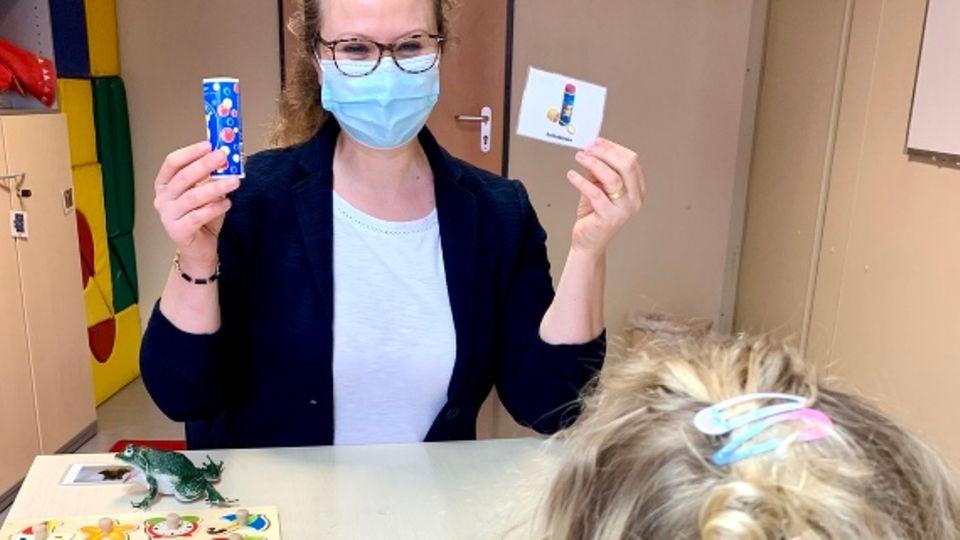 Die Psychologin Karoline Teufel spricht in einer Therapiesitzung mit einem Kind