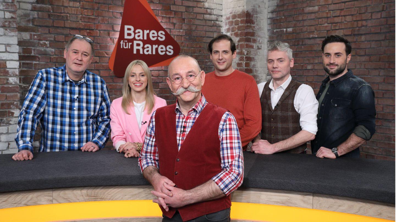Horst Lichter steht mit mehreren Händlern im Studio von Bares für Rares in Pulheim