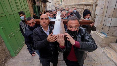 Christen gehen den Kreuzweg Jesu' durch die Via Dolorosa in Jerusalem