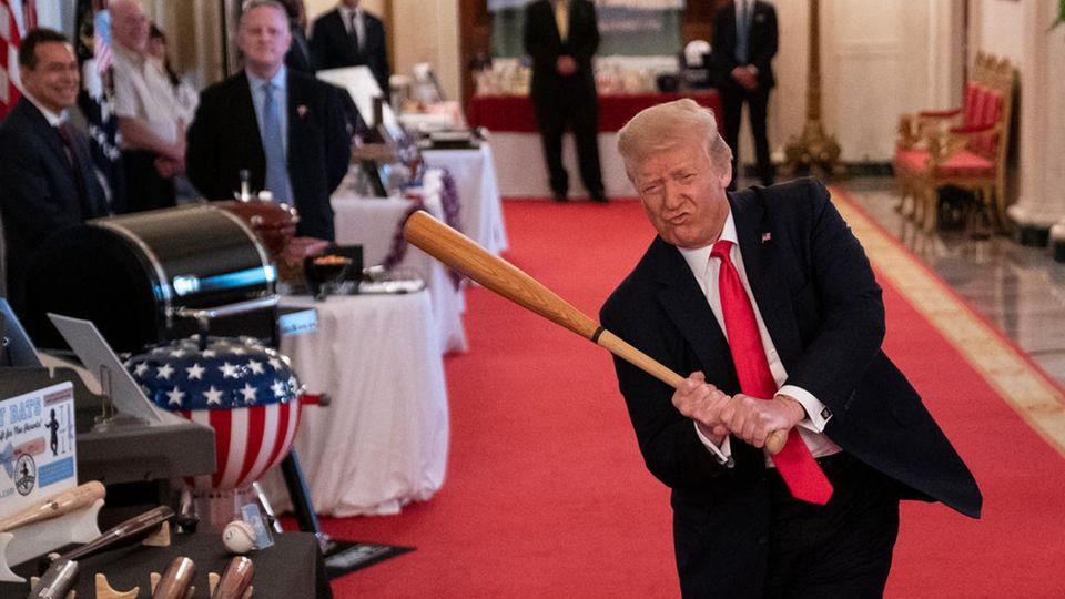 Ex-US-Präsident Donald Trump schwingt einen Baseball-Schläger