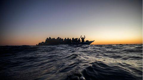 Ein Flüchtlingsboot auf dem Mittelmeer (Archivbild)