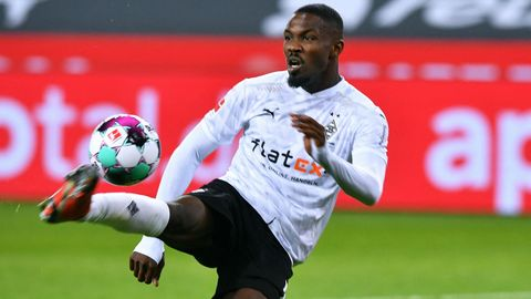 Gladbachs Stürmer Marcus Thuram jongliert den Ball