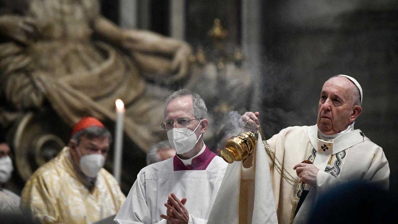 Vatikanstadt, Vatikanstadt: Papst Franziskus feiert die Ostermesse im vatikanischen Petersdom. Aufgrund der Coronapandemie tragen ansonsten alle Beteiligten einen Mund- und Nasenschutz.