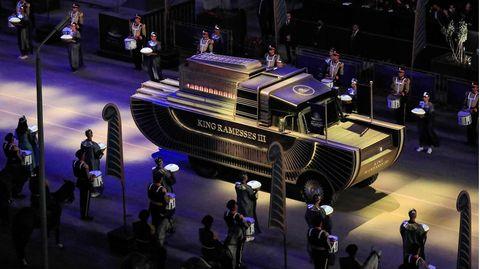 Eine Fahrzeug mit einer Mumie fährt aus dem Ägyptischen Museum