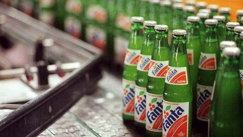 Fanta-Flaschen aus dem Jahr 1991. Ihren Ursprung hat die Marke in Nazideutschland.