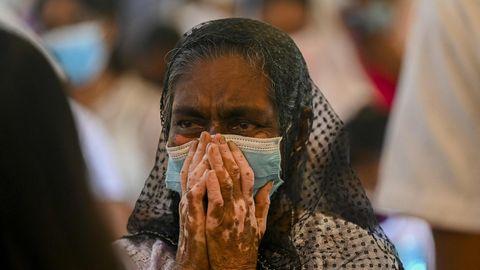 Eine Frau nimmt in Sri Lanka an einem Gottesdienst zum Jahrestag der Osteranschläge teil