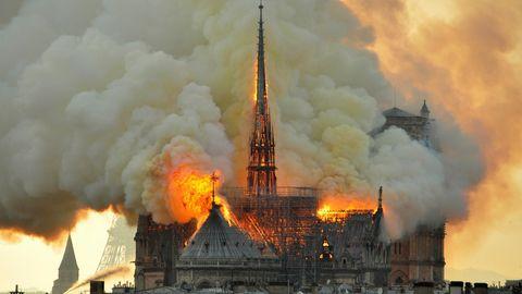 Flammen und Rauch steigen aus der Kathedrale Notre Dame auf