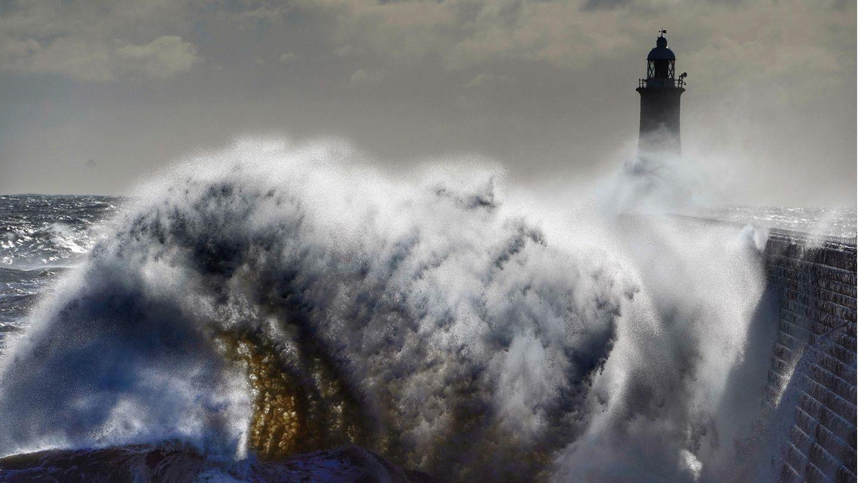 Tynemouth, Großbritannien. Hohe Wellen brechen am Leuchtturm vonTynemouth an der Nordseeküste.