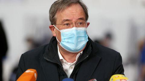 Armin Laschet spricht auf der Pressekonferenz nach dem Besuch des Impfzentrums in Aachen