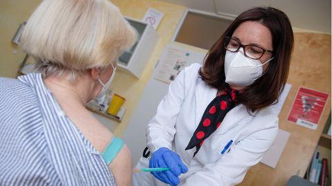 Hausärztin Nicola Buhlinger-Göpfarthimpft in ihrer Praxis bereits gegen das Coronavirus.