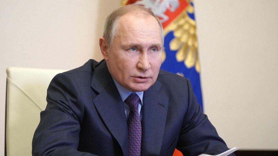 Russlands Präsident Wladimir Putin liest von einem Blatt ab