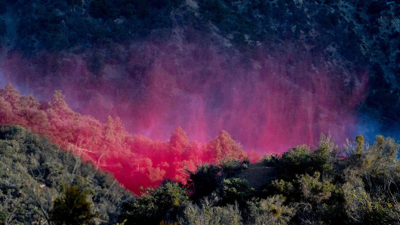 Valyermo, USA. In Kalifornien sind mal wieder Wald- und Buschbrände ausgebrochen. So wie hier im Angeles National Forest versuchen die Einsatzkräfte, die Flammen auch aus der Luft zu bekämpfen –mit farbigenLöschmittelndie von Flugzeugen abgeworfen werden.