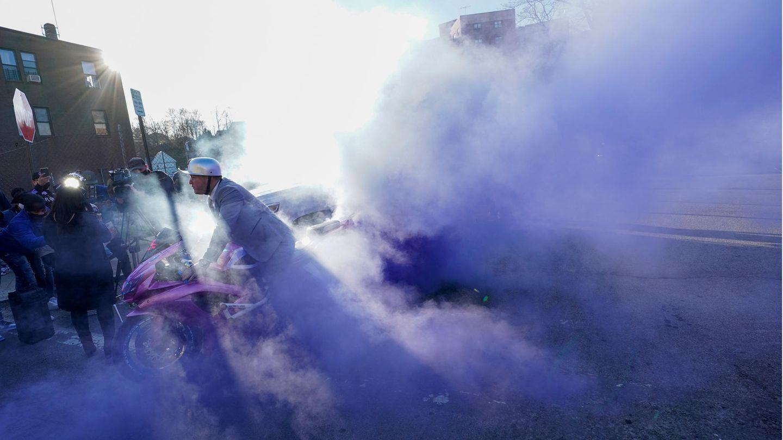 White Plains, USA.Auch eine Art, sein Mitgefühl zu zeigen: Nach einer Gebetswache für den Rapper DMX vor dem White-Plains-Krankenhaus lässt ein Motorradfahrer bei seiner Maschine den Hinterreifen durchdrehen.Der 50 Jahre alte DMX, der mit richtigem Namen Earl Simmons heißt, liegt nach einem Herzanfall zur künstlichen Beatmung auf der Intensivstation der Klinik in der Stadtim Bundesstaat New York.