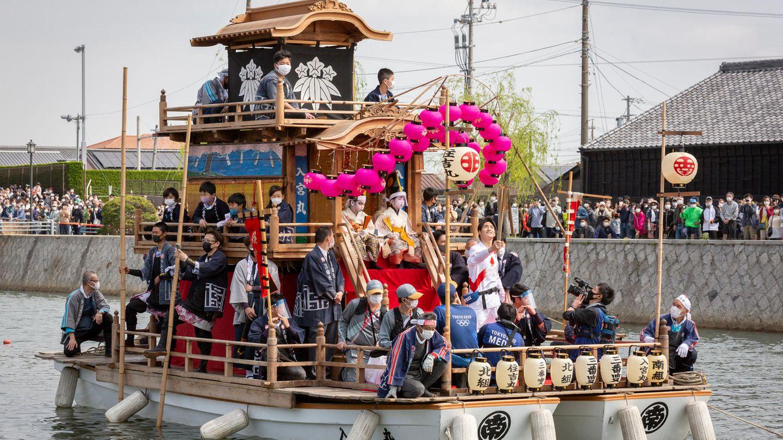 Handa, Japan.Nicht nur zu Lande, auch zu Wasser wird derzeit das olympische Feuer durch Japan transportiert. Die Fahrt mit der olympischen Fackel auf diesem traditionellen Chintoro-Boot sieht angesichts des Andrangs an Deck aber nicht nur etwas wackelig aus, sie sorgte auch für viel Kritik. Das Betreten der aus der Edo-Zeit stammendenBoote ist nämlich eigentlich für Frauen streng verboten, da es als heilig gilt und Frauen als unrein angesehen werden. Erst nach scharfen Protesten aus der Bevölkerung entschied die Stadt, auch Frauen an Bord zu lassen.