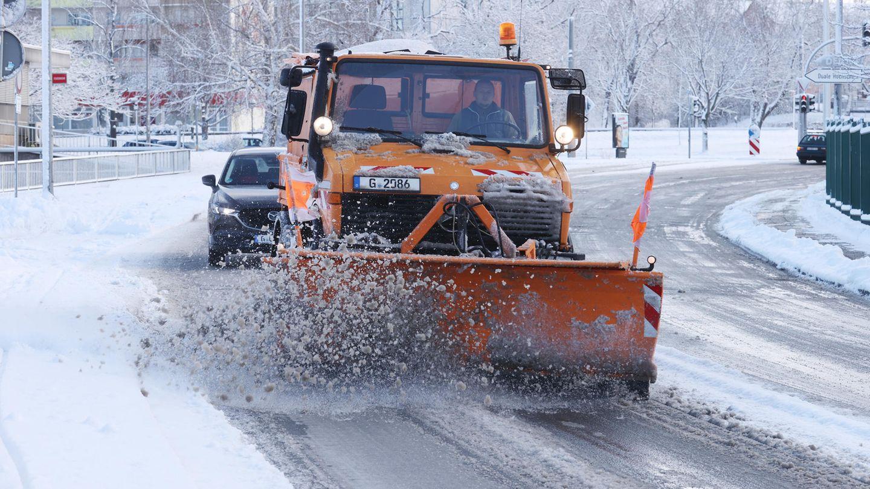 Ein Winterdienstfahrzeug räumt eine Straße vom Schnee