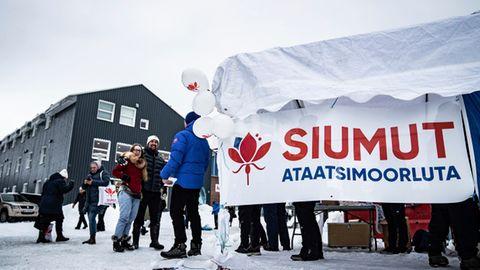 Kurz vor der grönländischen Parlamentswahl verteilen Kandidaten der sozialistischen Siumut-Partei Flugblätter