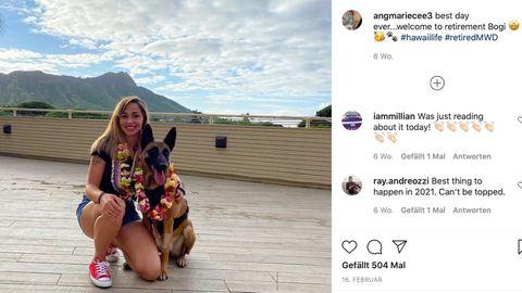 Ein belgischer Schäferhund sitzt neben einer jungen Frau. Beide haben Blumenketten um den Hals gehängt