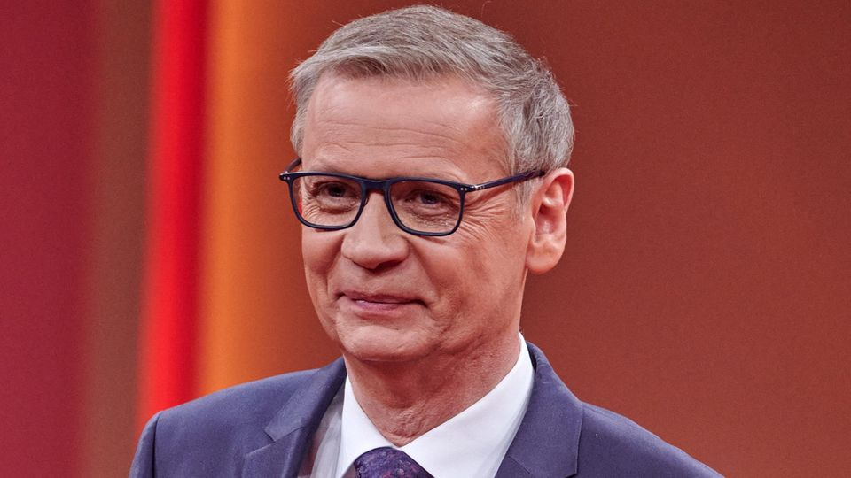Günther Jauch steht im Studio