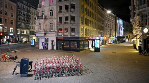 Eine leere Straße während der nächtlichen Ausgangssperre in Hamburg