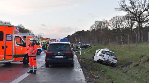 Zehn Menschen verletzt: Tödlicher Unfall auf der A7: Mann will Unfallfahrer helfen und wird von Auto überfahren