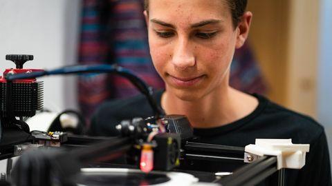 Alltagshilfe: Clevere Erfindung: Schüler entwickelt Deo-Halterung für seinen behinderten Freund