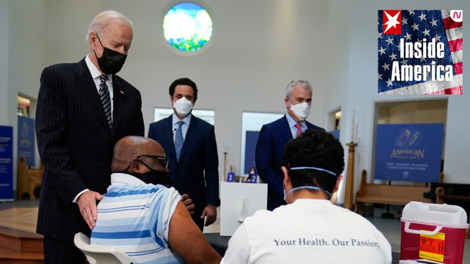 US-Präsident Joe Biden (l.)besucht eine Impf-Einrichtung am Virginia Theological Seminary