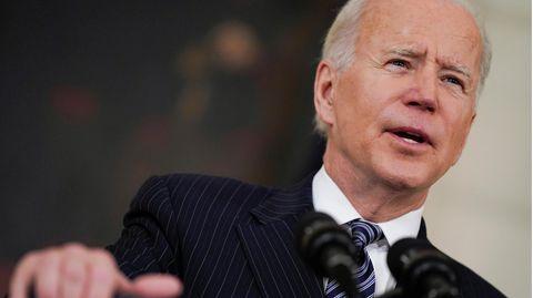 US-Präsident Joe Biden spricht und schaut in die Ferne