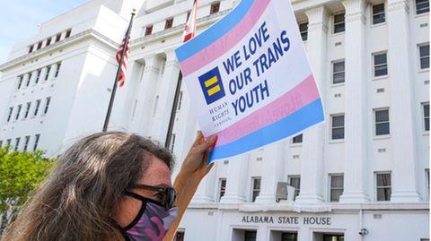 Der US-BundesstaatArkansas hat ein umstrittenes Gesetz beschlossen, das geschlechtsangleichende Maßnahmen für Transjugendliche verbietet