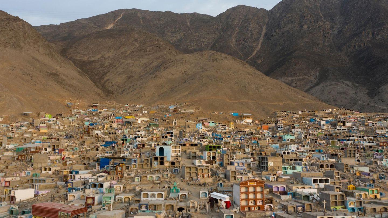 """Lima, Peru.Mitarbeiter tragen den Sarg einer Person, die an Covid-19 gestorben ist, zur Beerdigung auf denFriedhof """"Martires 19 de Julio"""" (Märtyrer des 19. Juli)in einer heruntergekommenen Gegend am Rande der Hauptstadt. Peru ist von der Coronakrise schwer getroffen. Die Sieben-Tage-Inzidenz in dem Andenstaat liegt bei mehr als200."""