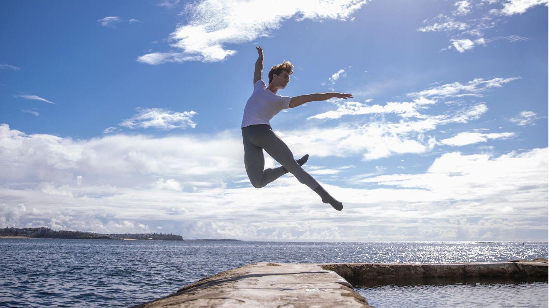 Sydney, Australien. Nathan Brook posiert am Fairy Bower Rock Poolan der nördlichen Küste der Millionenstadtfür ein Porträt. Brook istSolist des Australian Ballettundwurde für sein außergewöhnliches Talent sowohl mit dem Telstra Rising Star Award als auch mit dem Telstra People's Choice Award ausgezeichnet.