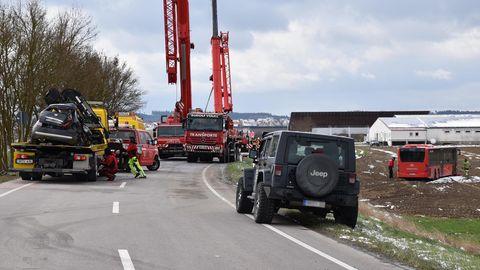 Abschlepp- und Kranunternehmen räumen nach dem schweren Verkehrsunfall im bayerischen Oberschneiding auf.