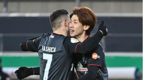 Milot Rashica umarmt Sturmkumpel Yuya Osako, der den Siegtreffer für die Bremer markierte