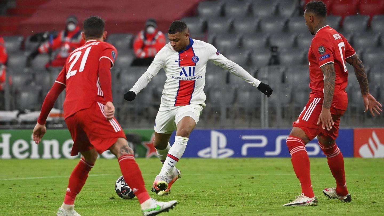 Dunkle Sekunde für die Bayern: Kylian Mbappe (m.) von Paris Saint-Germain erzielt das Tor zum 2:3