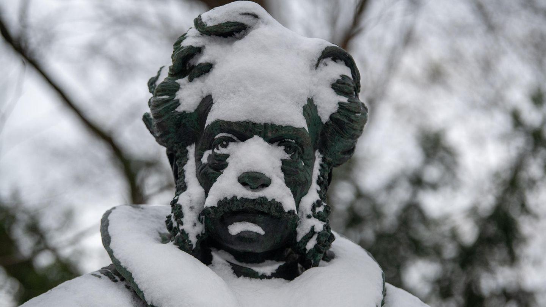 München, Deutschland: Er sieht nicht aus, als würde ihm sein neuer Look besonders gefallen: DerMineralogeund HeimatschriftstellerFranz Xaver von Kobell, bzw. sein Denkmal unweit des Bayerischen Landtags,ist wegen des ungemütlichen Aprilwetters mit Schnee bedeckt.